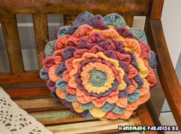 Интерьерная подушка-цветок из акриловой пряжи (4)