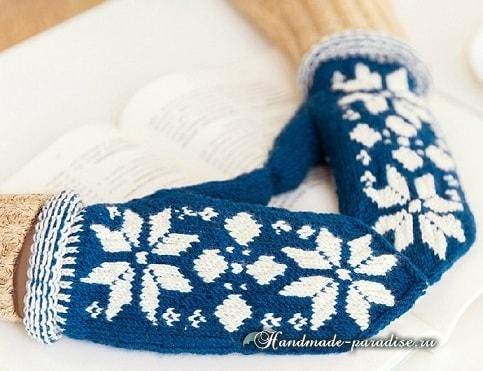 Варежки спицами со снежинками.