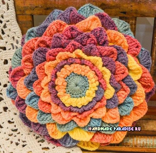 подушка-цветок из акриловой пряжи