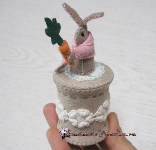 Из фетра. Зайка с морковкой на катушке (1)