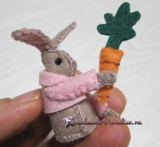 Из фетра. Зайка с морковкой на катушке (7)