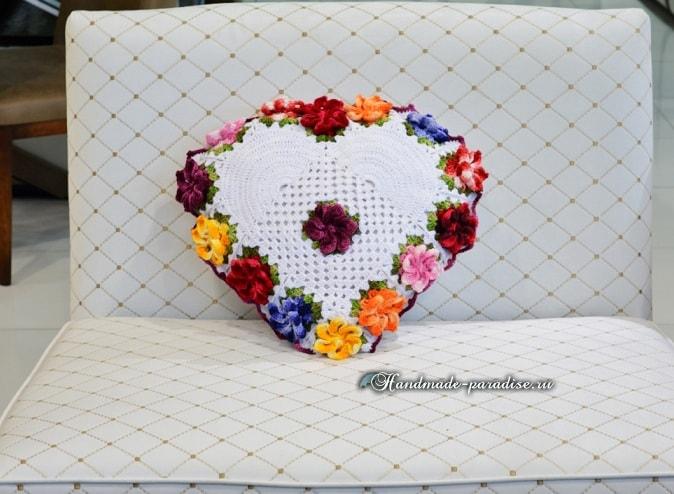 Крючком. Подушка-сердце с цветами (10)