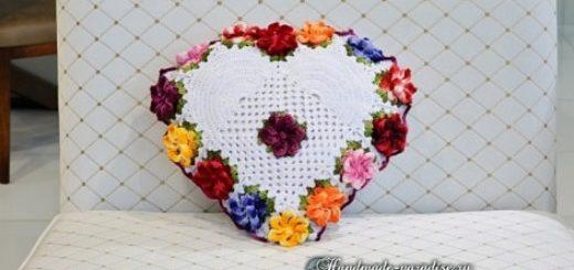 Крючком. Подушка-сердце с цветами (9)