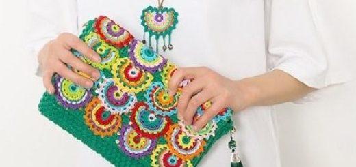 Клатч крючком с разноцветными чешуйками (2)