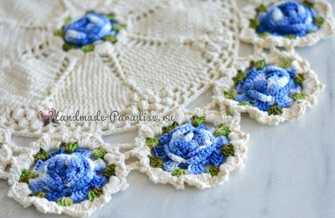 Белая салфетка крючком с голубыми цветами (1)