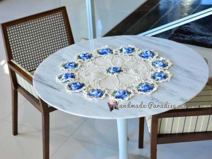 Белая салфетка крючком с голубыми цветами (2)