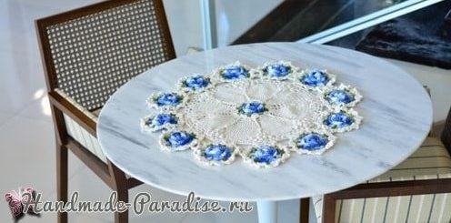 Белая салфетка крючком с голубыми цветами (3)