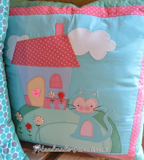 Домик и кошка на детской подушке (1)