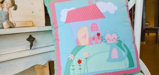 Домик и кошка на детской подушке (2)