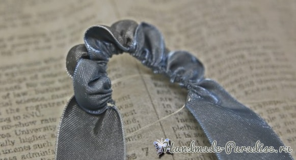 Брелок Розочка из лент своими руками (6)