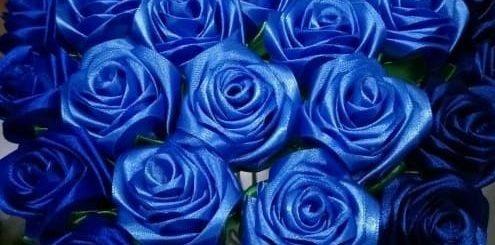 Букет синих роз из атласных лент своими руками (10)
