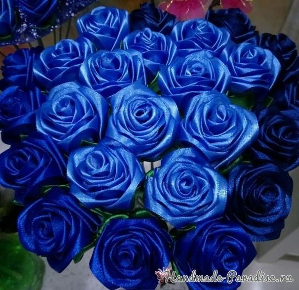 Букет синих роз из атласных лент своими руками (11)