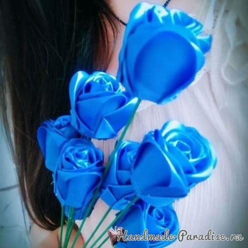 Букет синих роз из атласных лент своими руками (9)