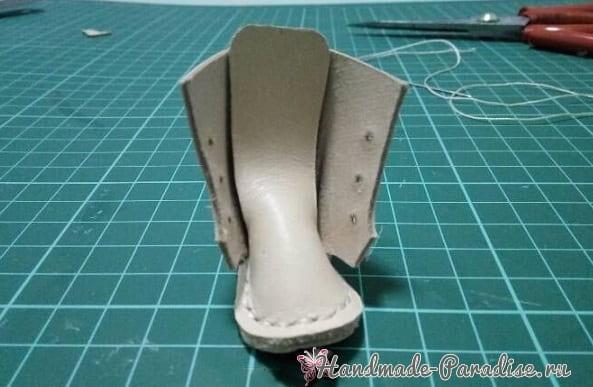 Как сшить кожаные ботинки и сумочку для куклы (15)