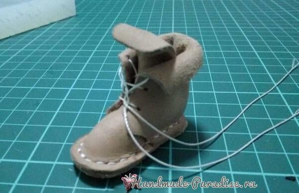 Как сшить кожаные ботинки и сумочку для куклы (16)