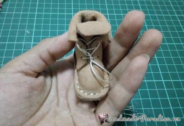 Как сшить кожаные ботинки и сумочку для куклы (19)