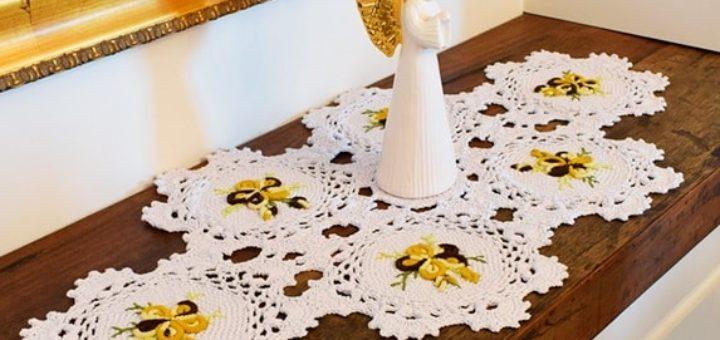 Салфетка крючком с вышивкой рококо (2)