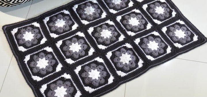 Вязаный коврик из крупных цветочных мотивов (1)