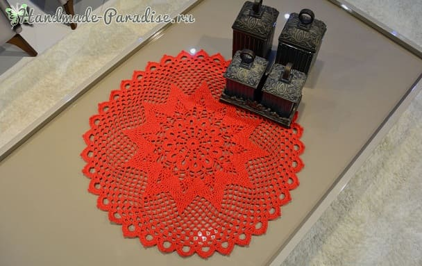 Рождественская красная салфетка крючком (2)