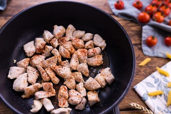 Паста с курицей в сливочно-сырном соусе (2)