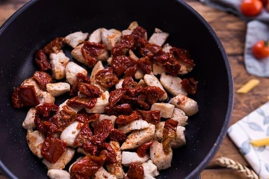 Паста с курицей в сливочно-сырном соусе (3)