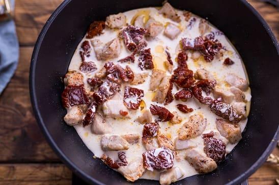 Паста с курицей в сливочно-сырном соусе (4)
