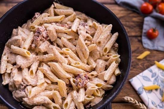 Паста с курицей в сливочно-сырном соусе (8)