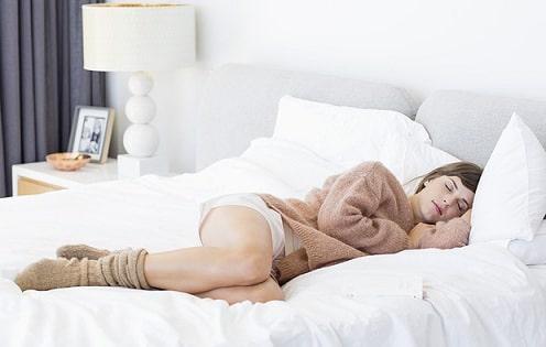 Почему полезно спать в носках