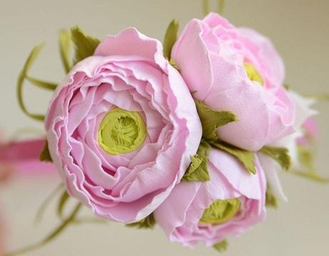 Почему для создания ростовых цветов и других элементов декора применяется фоамиран (3)