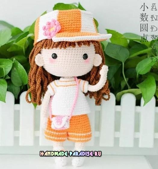Куколка амигуруми в кепке и шортиках