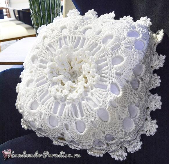 Белая интерьерная подушка крючком (1)