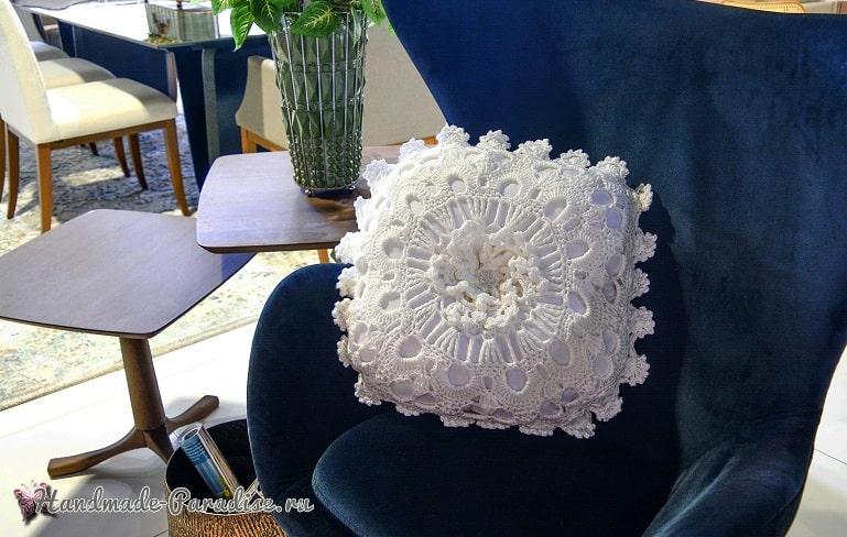 Белая интерьерная подушка крючком (2)
